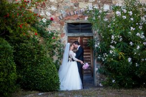 catholic wedding in tuscany - romantic couple pictures