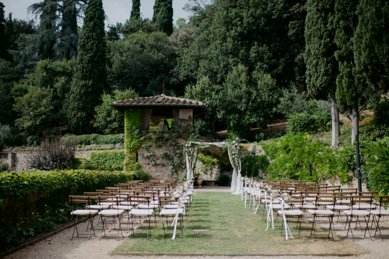 Jewish wedding in Tuscany - cermony white and green flowers
