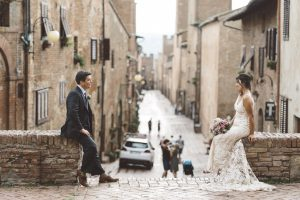 A romantic elopment in Tuscany - couple shooting before the cerementy