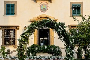 Garden wedding in Florence - welcome arch