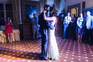 first dance of the newly married rustic minimalist wedding in Florence