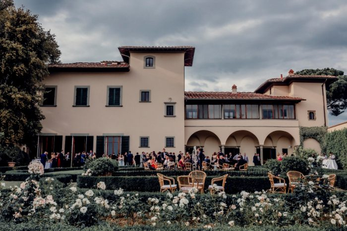 a classy wedding in Florence - aperitif in the villa garden