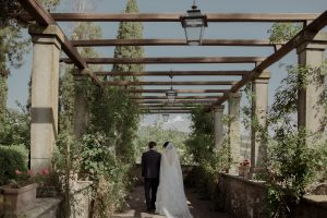rustic wedding in Tuscany - couple picture ideas