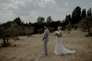 Wedding with a bump in Tuscany - couple first look