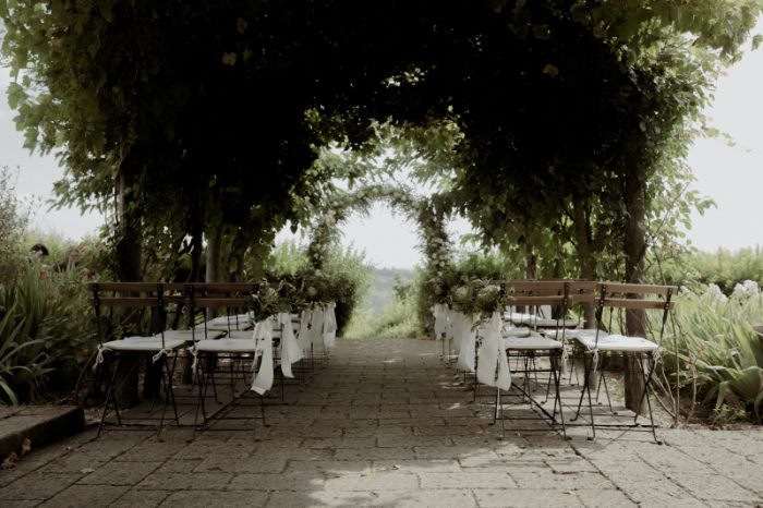 Wedding with a bump in Tuscany - white flowers for the ceremony