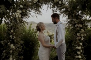 Wedding with a bump in Tuscany - white roses wedding arch