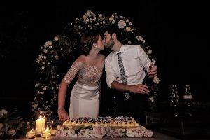 Garden wedding Florence - cut of the cake in the italian garden