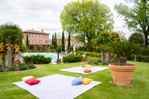 wedding lawn games - blankets in the garden - _Wed in Florence - Rental_Spirito_Toscano-7