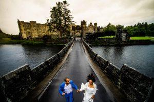 family photos - Bruno Rosa Ph -happy couple running on a bridge