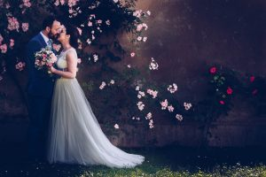 look good wedding pictures - bride and groom photos in a romantic garden