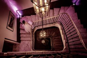 look good wedding pictures - bride in a staircase in an elegant palace