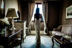 look good wedding pictures - bride gettig ready in her hotel room