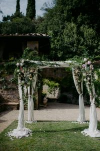 wed in florence - romantic Jewish wedding - chuppah with fabric, flowers white and pale pink. roses hydragea, eucaliptus