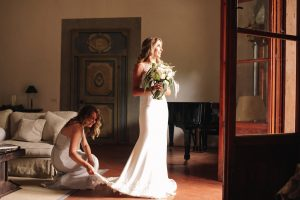 intimate catholic wedding Tuscany - bride and her sister before the ceremony