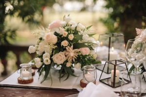 intimate catholic wedding Tuscany - Big vases with greenery, roses, hydrangeas in the shades of green for the reception table