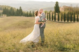 glamorous elopement Italy - portraits of the couple in the tuscan countryside