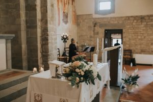 rustic catholic wedding Tuscany - wedding altar decoration with white and blush pink