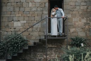rustic catholic wedding Tuscany - couples pictures in the cloister of the church