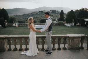 rustic catholic wedding Tuscany - couple's pictures with a view over the tuscan rolling hills