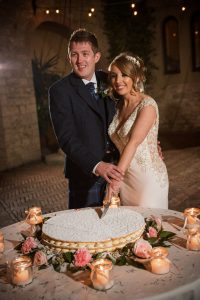 Scottish wedding - Wed in Florence - cut of the cake in the courtyard's castle